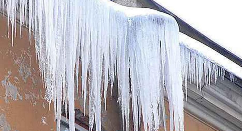 В центре саратова на девушку упала ледяная глыба с крыши зда.