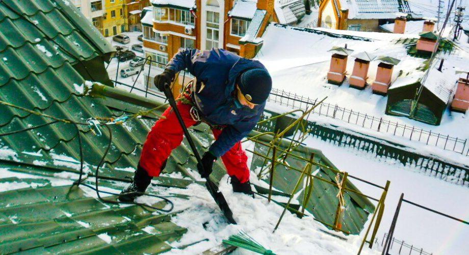 Уборка крыши от снега и наледи